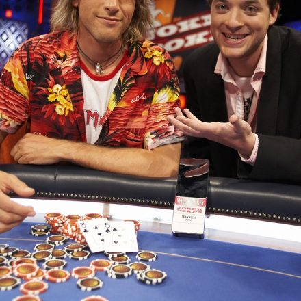5 spectacular reasons for you to play online poker